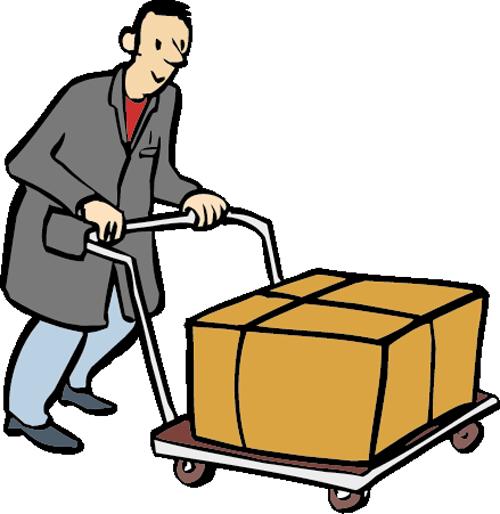 Ein Mann in Arbeitskleidung schiebt ein Paket auf einem Rollwagen