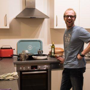 Bewohner beim Kochen