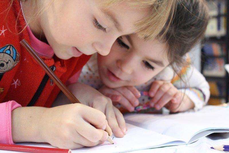 Zwei Mädchen beim gemeinsamen Lernen
