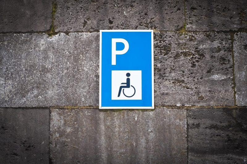 Ein Schild weist einen Behindertenparkplatz aus