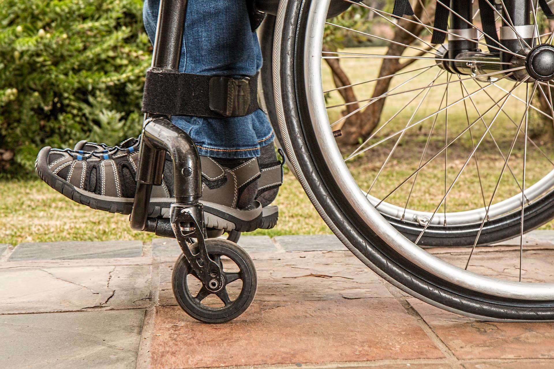 Person im Rollstuhl
