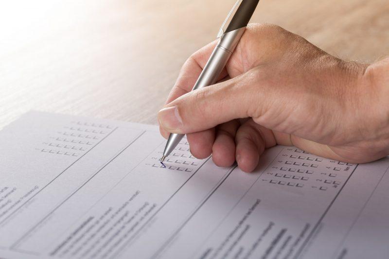 Eine Person füllt einen Fragebogen aus