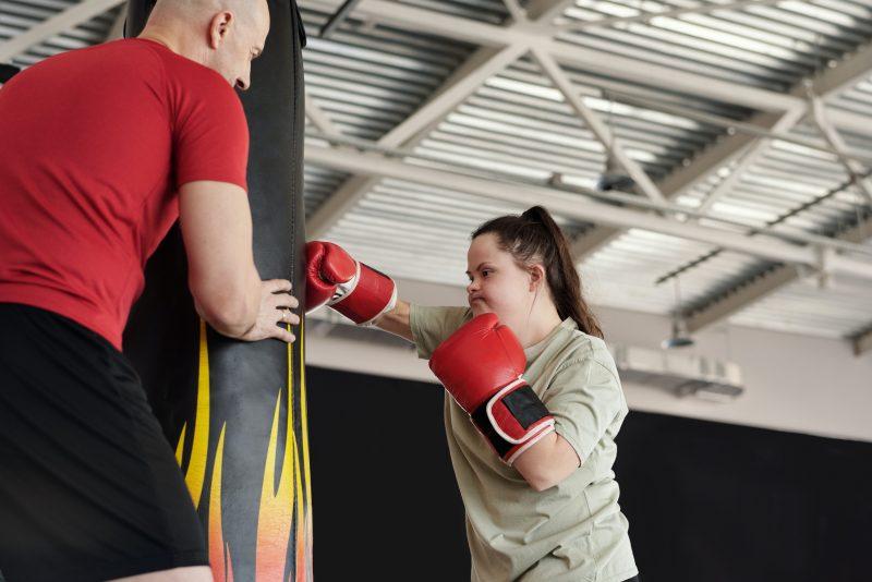 Ein Mädchen beim Box-Training